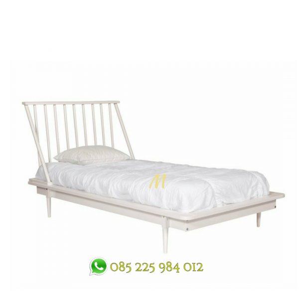 tempat tidur retro putih